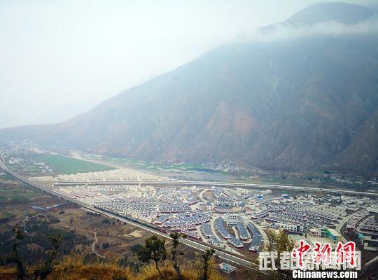 脱贫攻坚时期,陇南市武都区新建成的异地搬迁点。此前,许多村民世代居住在深山高坡上。(资料图) 殷春永 摄